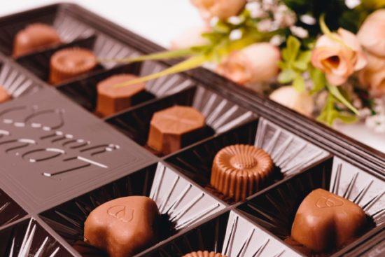 され いる と は 人物 チョコレート の 固形 きっかけ て 誕生